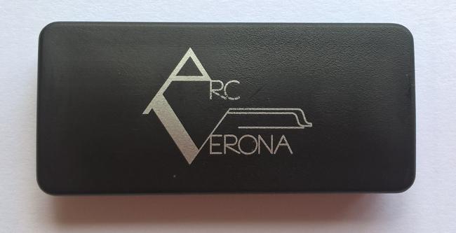 Bladmuzieklessenaar magneet  K&M 115/6 met Arc Verona logo